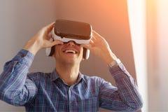 Человек регулируя изумлённые взгляды VR стоковые изображения