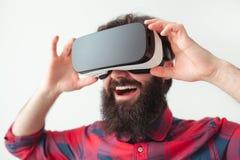 Человек регулируя шлемофон VR стоковое изображение