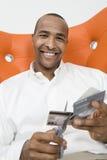 Человек режа вверх кредитные карточки Стоковые Фотографии RF