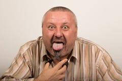 Человек режет язык Стоковая Фотография RF