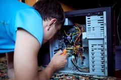 Человек ремонтирует компьютер Стоковое Фото