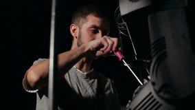 Человек ремонтирует оборудование освещения на этапе видеоматериал