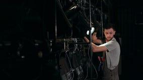 Человек ремонтируя освещение этапа Оборудование концерта видеоматериал