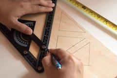 Человек рисует дизайн, геометрические формы карандашем Стоковые Фотографии RF