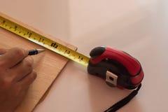 Человек рисует дизайн, геометрические формы карандашем Стоковая Фотография