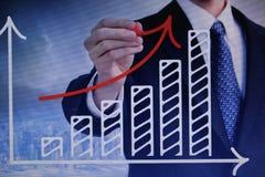 Человек рисует финансовые диаграммы на виртуальном экране стоковое фото rf