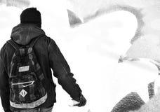 Человек рисуя граффити на стене Стоковые Изображения