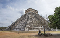 Человек рисуя изображение пирамиды Стоковые Фото