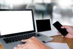 человек руки бизнесмена работая на портативном компьютере на деревянном de Стоковое Изображение