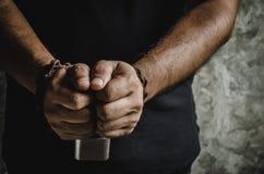 Человек 2 рук прикованных с старой ржавой цепью и padlock дальше Стоковое Изображение RF