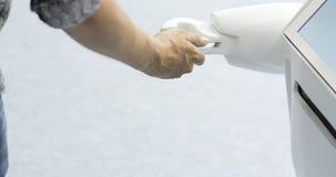 Человек связывает с роботом, отжимает пластичную механически руку к роботу, рукопожатие с роботом Sci Fi самомоднейше сток-видео