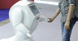 Человек связывает с роботом, отжимает пластичную механически руку к роботу, рукопожатие с роботом Sci Fi самомоднейше акции видеоматериалы