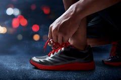 Человек связывая идущие ботинки стоковое фото