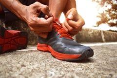 Человек связывая идущие ботинки стоковые фото