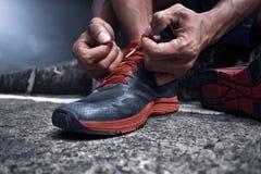 Человек связывая идущие ботинки стоковое изображение rf
