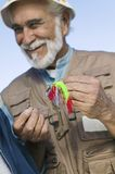 Человек связывая прикорм рыболовства мухы стоковые изображения rf