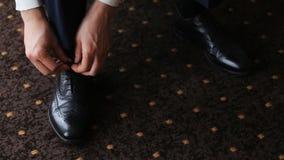 Человек связывая шнурки видеоматериал