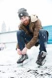 Человек связывая шнурок на коньках льда outdoors Стоковая Фотография RF