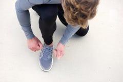 Человек связывая шнурок Стоковое Изображение