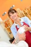 Человек сервировки работника хлебопекарни Стоковые Изображения RF