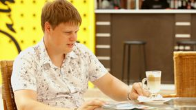 Человек сидит в кафе сток-видео