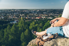 Человек сидит на том основании chating на телефоне Стоковые Фото