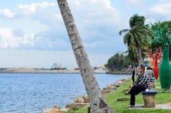 Человек сидит Стоковые Фото