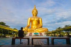 Человек сидя в переднем большом Будде стоковые фотографии rf