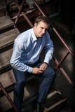 Человек сидя на лестницах Стоковые Фото