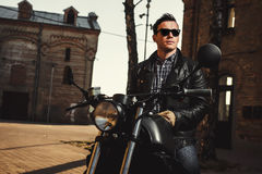 Человек сидя на мотоцикле каф-гонщика Стоковые Изображения