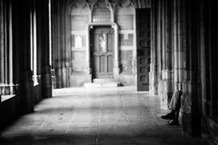 Человек сидя на стенде стоковые фотографии rf