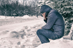 Человек сидя на стенде Стоковое Изображение