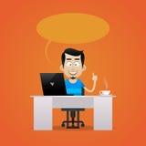 Человек сидя на таблице и усмехаться Стоковые Фото