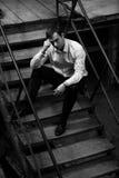 Человек сидя на шагах Стоковая Фотография