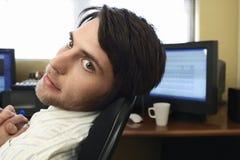 Человек сидя столом компьютера Стоковое фото RF