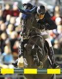 человек скача его лошадь стоковое изображение rf