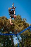 Выходка человека скача на trampoline стоковая фотография rf