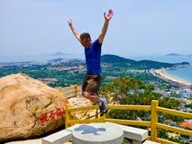 Человек скача на гору Laoshan стоковые изображения rf