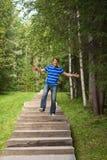Человек скачет лестницы стоковое изображение rf