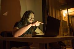 Человек смеется над о что-то интернетом Стоковое Изображение