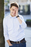 Человек смеясь над, рука на лбе стоковые изображения rf