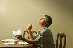 Смотреть вверх на рае прося Бог финансовохозяйственная помощь Стоковое Фото