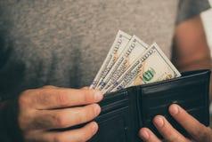 Человек смотрит в бумажнике cash Богатый человек подсчитывая его деньги конец вверх стоковое фото rf
