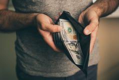 Человек смотрит в бумажнике cash Богатый человек подсчитывая его деньги конец вверх стоковое фото