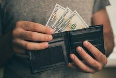Человек смотрит в бумажнике cash Богатый человек подсчитывая его деньги конец вверх стоковые изображения rf