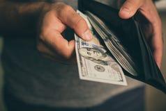Человек смотрит в бумажнике cash Богатый человек подсчитывая его деньги конец вверх стоковые изображения