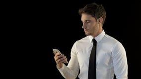 Человек смотрит его smartphone сток-видео