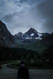 Человек смотрит на большом взгляде горы Grossglockner Lo Стоковые Изображения