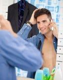 Человек смотрит на зеркале пока подготавливающ для работы Стоковое фото RF