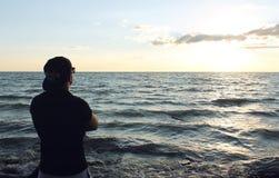 Человек смотрит на море Стоковые Изображения RF